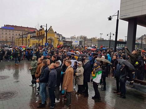 Kuopion torilla oli vähintäänkin satoja mestaruutta juhlineita sateesta huolimatta.