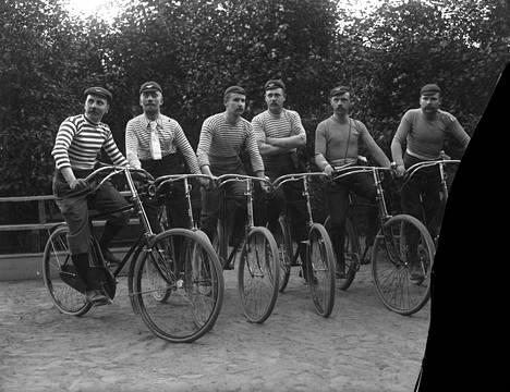 Tässä ei poseeraa 2010-luvun hipstereitä, vaan porilainen pyöräilyjoukkue 1800-luvun lopulta. Englund kuvasi enimmäkseen parempaa väkeä ja merkittäviä tapahtumia, mutta Satakunnan Museon digitoimassa kokoelmassa on otoksia myös vapaa-ajalta. Tarkka vuosiluku tai kuvan henkilöiden nimet eivät ole tiedossa.