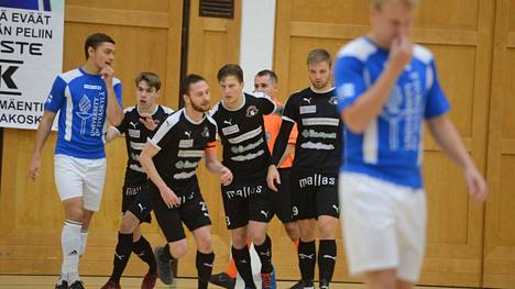 Mikko Heritty (keskellä) hassutti Someron Voiman ykköskenttää.