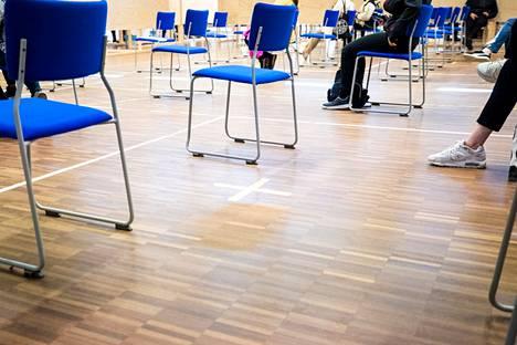 Porin nuorisotalon rokotuskeskuksen odotussalissa oli syyskuussa paljon tyhjiä tuoleja. Terveysviranomaiset kehottavat rokottamattomia satakuntalaisia aktivoitumaan.