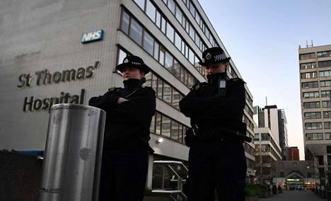 Poliisit vartioivat St. Thomasin sairaalan ulkopuolella Lontoossa. Pääministeri Boris Johnson on sairaalassa tehohoidossa koronaviruksen takia.