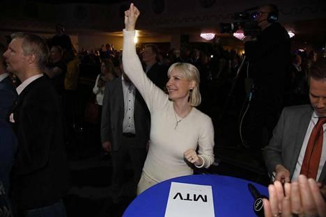Huhtasaari valvoi vaaleja Helsingissä Apollo-klubilla.