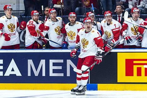 Dmitri Orlov (edessä) teki Venäjän avausmaalin ja sikaili Oskars Batnan ulos pelistä
