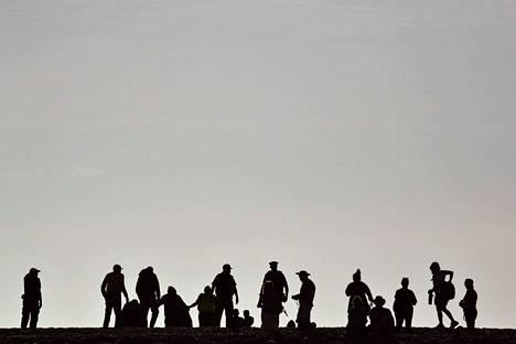 Britanniassa viranomaiset ovat kahden päivän aikana pelastaneet tai ottaneet kiinni yhteensä yli tuhat kanaalin yli Englantiin pyrkinyttä ihmistä.