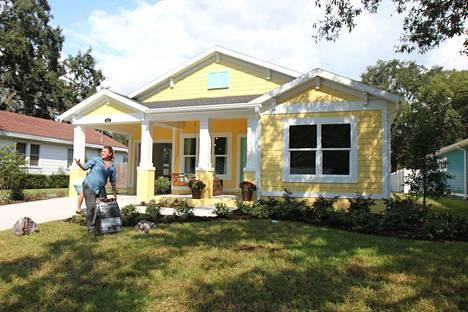 Sarjassa rakennetaan taloja kovalla tahdilla Floridassa. Lopputulos vakuuttaa asukkaat ja katsojat.