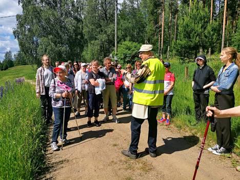 Luonnonkukkien päivän merkeissä järjestetylle kasviretkelle osallistui viitisenkymmentä ihmistä.
