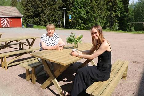 Willi Karvian tammikuussa aloittanut toimitusjohtaja Niina Rautiainen (oikealla) iloitsee odotettua vapaammasta tapahtumakesästä. Patsastaiteilija Irja Leppänen on ehtinyt kahviseuraksi uusille terassipöydille.