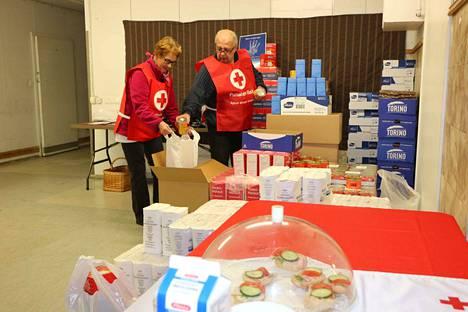Tulotietoja ei kysellä. SPR:n vapaaehtoiset Ilmo ja Kaisa Saari käynnistivät EU-ruokajaon kiireellä perjantain toripäivän yhteyteen. jaettavaa riittää arviolta vielä kolme seuraavaa perjantaina 15.11. asti.