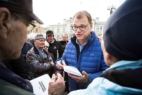 Tampereen Keskustorilla vaalikampanjoinut pääministeri ja keskustan puheenjohtaja Juha Sipilä kommentoi puolueensa laskussa ollutta kannatusta vain vähäsanaisesti. –Kaikkemme teemme ja tyydymme siihen, mitä ihmiset vaalipäivänä ovat päättäneet.