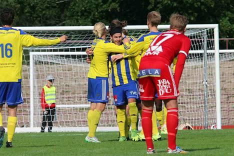 Ottelun sankariksi noussut Juuso Aalto (onnittelukasan keskellä) ei ole sukua FC Jazzin Jussi Aallolle.