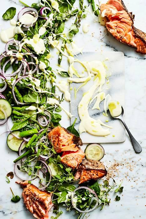 Wasabilla ja sitruunamehulla raikastettu majoneesikastike sopii hienosti lohisalaatin makuun.