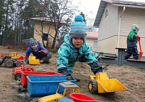 Vilppulankosken päiväkodilla olivat viikolla rakennusmiehet vauhdissa, etualalla Juuso Gustafsson ja taustalla Matias Lahtinen.