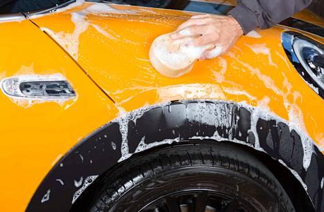 Auton pesettämistä ei kannata unohtaa talvellakaan. Maalipinta pysyy hyväkuntoisena sekä pinnan liat irtoavat paremmin, kun se pestään säännöllisesti.