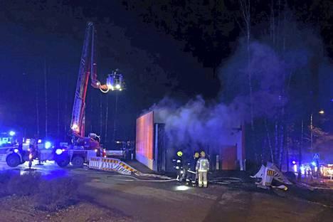 Pelastuslaitos sai hälytyksen uudelle autopesuhallille yhdeksän aikaan maanantai-iltana. Palopaikalla oli useita pelastuslaitoksen yksiköitä, poliiseja ja ambulanssi.