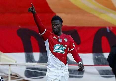Keita Balde olisi halunnut alun perin auttaa 200 koditonta kausityöntekijää, mutta ei saanut tarpeeksi monta hotellia innostumaan hankkeesta. Balde tuulettaa maalia Stade de Reims -joukkuetta vastaan Monacossa.