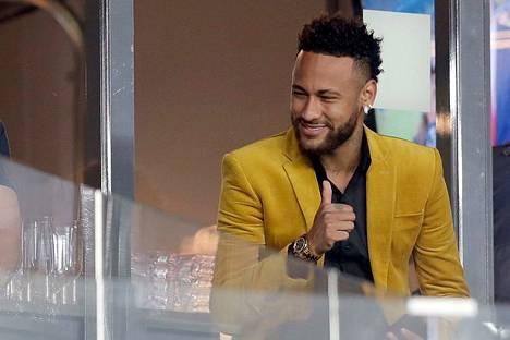 Näin tyytyväisenä Neymar seurasi Copa Américan välierää Brasilia-Argentiina.
