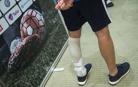 Joel Pohjanpalo kulki Huuhkajien lehdistötilaisuudessa vasen jalka vahvasti teipattuna.