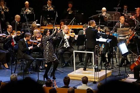 Diandra kannustaa Pori Sinfoniettan James Bond -konsertissa yleisöä: Elä ja anna toisten kuolla (Live and Let Die). Konsertin johti kapellimestari Antti Rissanen.