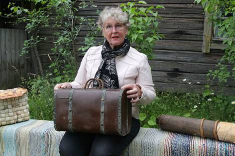 Matkalla Amerikkaan. Tällaiseen käsimatka-askiin pakattiin evästä ja jotakin pientä pitkää merimatkaa varten, kertoo Saila Ahonen.