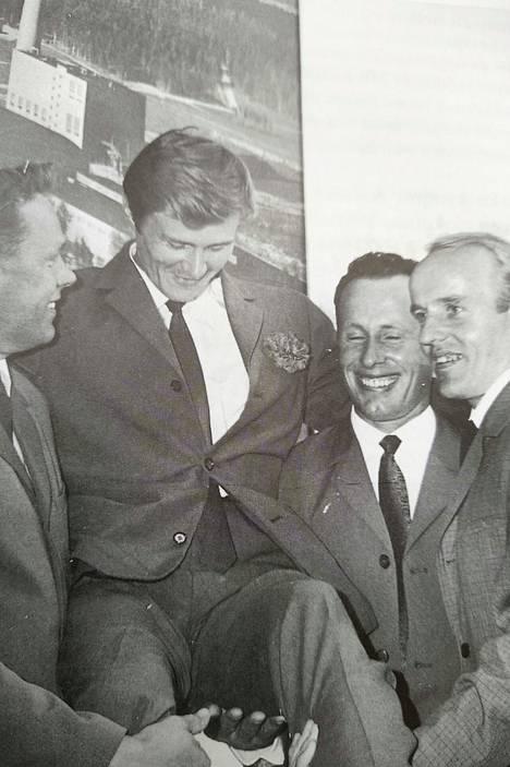 ME-juoksija Jouko Kuhan nostivat kesällä 1968 kultatuoliin Kaipolan Vireen SE-juoksijat vasemmalta Matti Huttunen, Erkki Rantala ja Esko Siren.