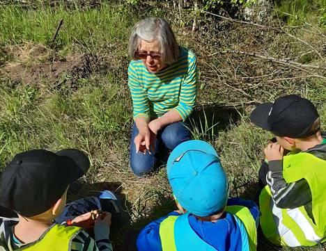 Lapset kuuntelivat tarkkaavaisina, kun Sirkka Riitahuhta selitti puun kasvun ihmeellistä tarinaa.