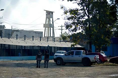 Poliisit kävelevät kohti Guayaquilin vankilaa, missä ainakin 21 henkilöä on kuollut  mellakoiden yhteydessä.