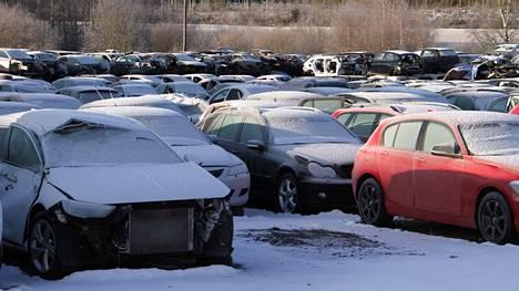 Etätöihin siirtyminen viime keväänä lisäsi autojen poistamista rekisteristä. Viime vuonna poistettiin rekisteristä yli 70000 autoa. Arkistokuva.