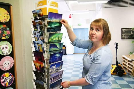 Linnapaperi Oy:n varastomestari Anna-Kaisa Pietiläisen varastoima tuotevalikoima laajenee liiketoimintakaupassa yli 200 uudella tuotenimikkeellä.