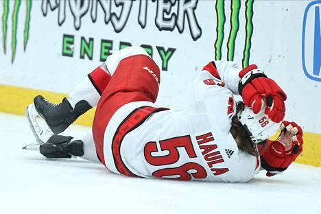 Erik Haula sai aiemmin tällä kaudella kovan tällin Anaheimissa, mutta selvisi tilanteesta lopulta ilman loukkaantumista.