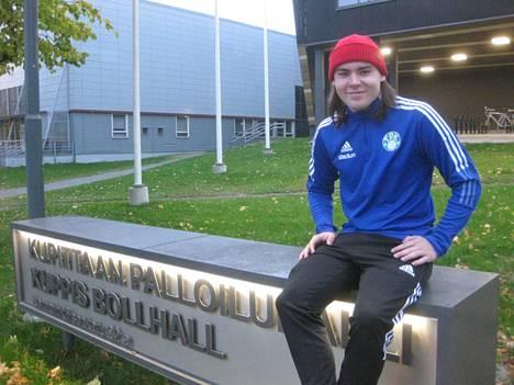 Verneri Nummella on ollut Nakkilassa myös salibandy-, laskettelu- ja jääkiekkotaustaa. Lätkässä hän on ollut maalivahtina. Futsalia hän pelaa tällä hetkellä Turussa.