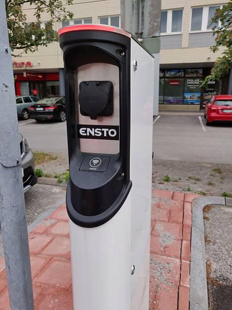 Sähköauton latauspiste Raision Tasalassa kesäkuussa 2019.