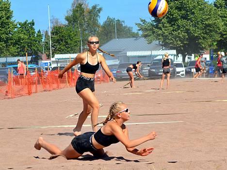 Ella Nieminen ja Saana Jatkola pelasivat Turun Paraisilla.