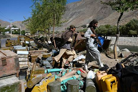 Taleban-taistelijat kulkevat tien vieressä olevan ammusvaraston ohi Malaspan alueella Bazarkin piirikunnassa Panjshirin maakunnassa muutaman päivän sen jälkeen, kun talebanin olivat julistaneet saaneensa haltuunsa maakunnan viimeisenä alueena Afganistanissa.