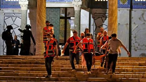 Näin loukkaantunutta evakuoitiin Jerusalemissa 10. toukokuuta.