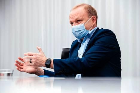 Nokian toimitusjohtaja Pekka Lundmarkin mukaan vuodesta 2021 tulee haastava siirtymävuosi. Lundmark kuvattiin hallituksen huoneessa Nokian pääkonttorissa Espoossa 17. joulukuuta 2020.