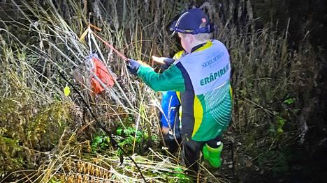Yörasteille Mäntänvuoressa osallistui yli 20 suunnistajaa tiistaina. Mukana etsimässä oli myös Eräpirkkojen juniorisuunnistajia.