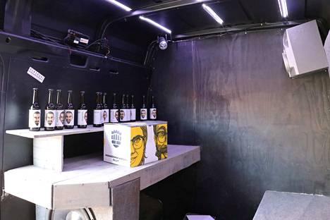 Bilekuormurin sisältä löytyy luonnollisesti myös baari äänentoisto- ja valosysteemeineen.