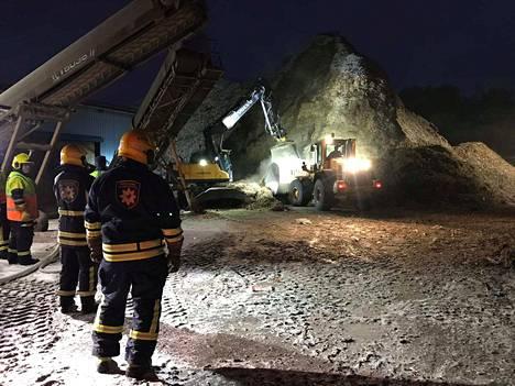 Suuri energiajätekasa palaa kytemällä jäteyhtiö Erkki Salmisen pihassa Jämsänkosken Myllymäessä.