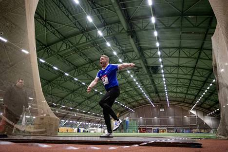 Juha Lahdenranta heitti kiekkoa hallikauden SM-kisoissa Karhuhallissa lauantaina.