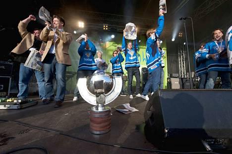 """Vuonna 2011 """"poika"""" eli pokaali saapui Tampereelle Keskustorilla järjestettyyn juhlaan yli viikon jälkeen MM-voitosta."""