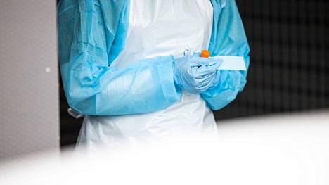 Testivälineet hoitajan kädessä Rauman terveyskeskuksen koronatestikaistalla. Kuvituskuva.