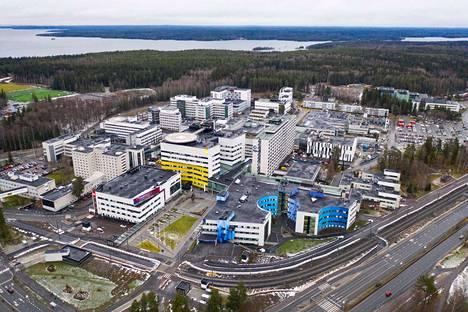 Taysin keskussairaalan alueelle on noussut viime vuosina monta uutta rakennusta kuten kuvassa etualalla näkyvät L-, N- ja D-rakennukset.