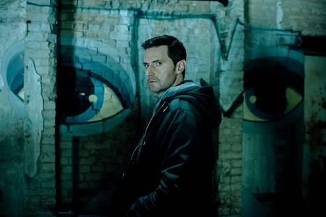 Joku kavaltaa CIA:n agentteja Berliinissä kuolettavin seurauksin, ja Daniel Miller (Richard Armitage) määrätään etsimään ilmiantajaa.