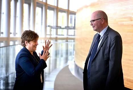 Silvia Modigilla (vas) ja Eero Heinäluomalla (sd) oli asiaa toisilleen europarlamentin käytävällä.
