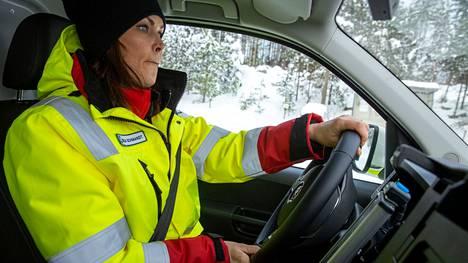 Ensihoitaja Reija Schmandt harjoitteli maanantaina liukkaalla ajamista uudella ambulanssilla Nokian ajoharjoitteluradalla. Hän pääsee testaamaan uutta ambulanssia työssään keskiviikkona, jolloin hänellä on seuraava työvuoro.