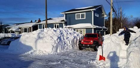 Lumityöt ova saatu tehtyä Duceyn perheen talon pihassa. Mt. Pearliin Kanadan Newfoundlandiin satoi perjantain ja lauantain aikana 93 senttiä lunta.