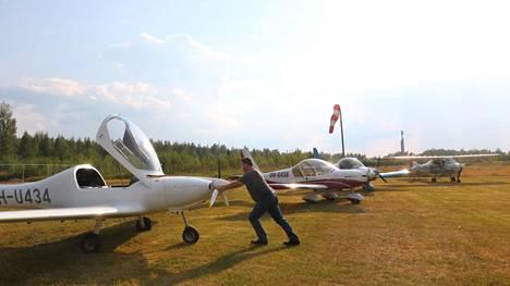 Lentokoneiden kokoontumisajo Mäntän Sassissa toi paikalle viisi konetta. Petri Hautamäki  tuli Kihniöstä.