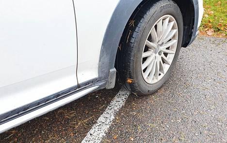 Yksi yleisimmistä suomalaisten autoilijoiden tekemistä pysäköintivirheistä on osittain parkkiruutujen väliin tai rajaviivojen päälle pysäköinti.