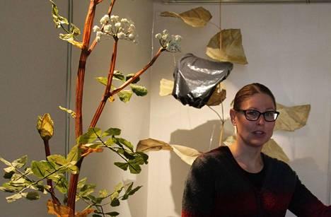 Heidi Piippo kertoo tehneensä kuvassa näkyvää väinönputkea kolmen viikon ajan. Se oli työläin kasvimalleista, jotka hän valmisti.