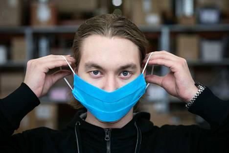 Nico Nieminen esittelee Sanserin Myllypurossa tekemää kasvomaskia. Kerro Morolle, kenelle maskeja pitäisi lahjoittaa.